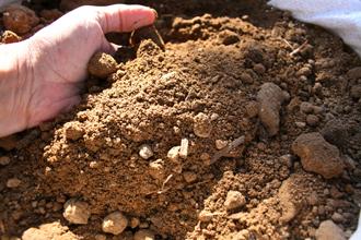 Remblaiement de terrain : vente et livraison de terre de remblais